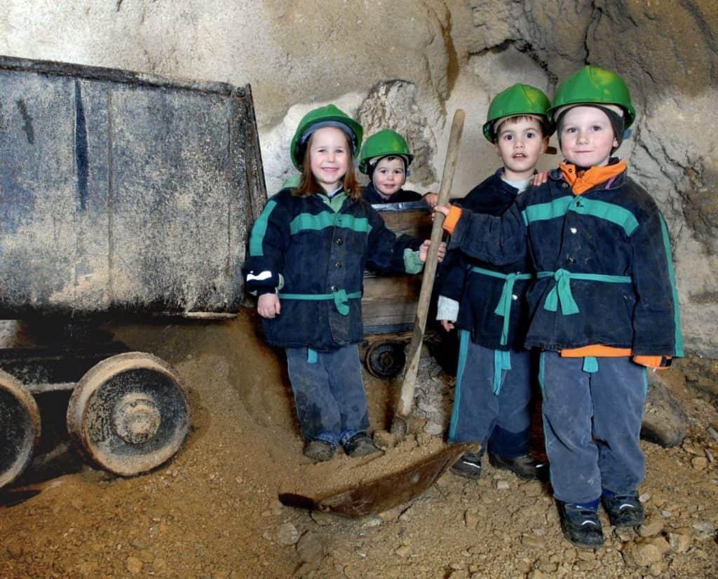 Kinder im Schaubergwerk Terra Mystica bei Villach