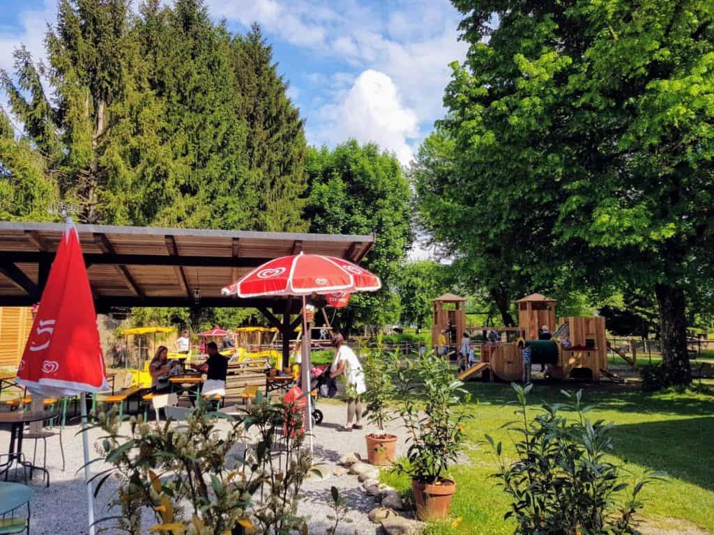 Buffet und Kinderspielplatz im Tierpark Rosegg, Rosental