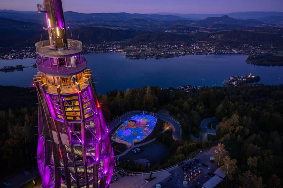 Sehenswertes Kunstprojekt für Klimaschutz am Pyramidenkogel in Kärnten. Das 3D-Gemälde leuchtet in der Nacht.