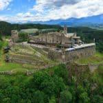 Ausflug zu Adlerarena Burg Landskron - Luftaufnahme mit Burgruine und Mittagskogel - Karawanken im Hintergrund