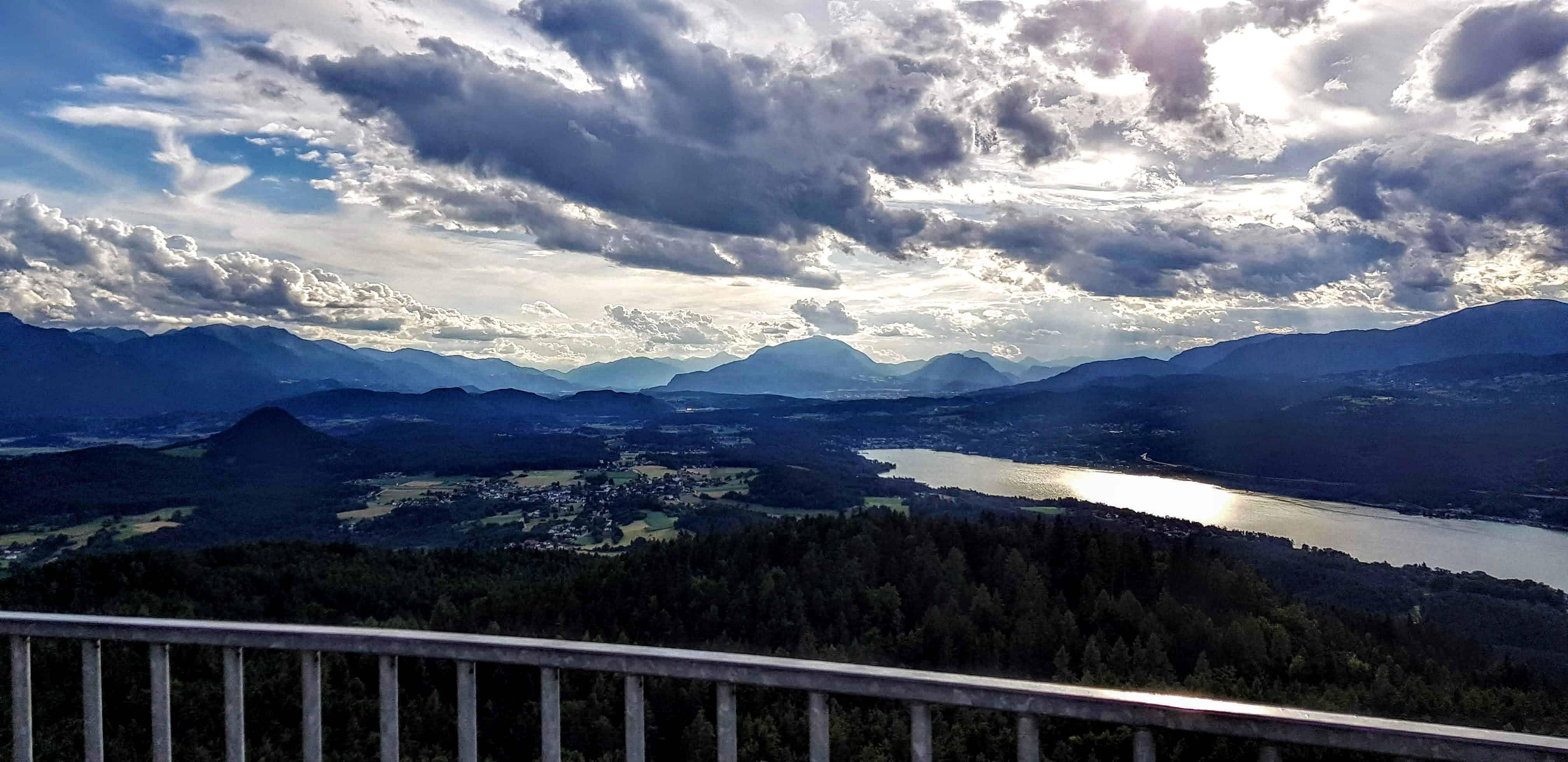 Abendstimmung mit Wolkenhimmel auf dem Pyramidenkogel in Kärnten. Blick Richtung Velden am Wörthersee, Dobratsch, Gerlitzen.