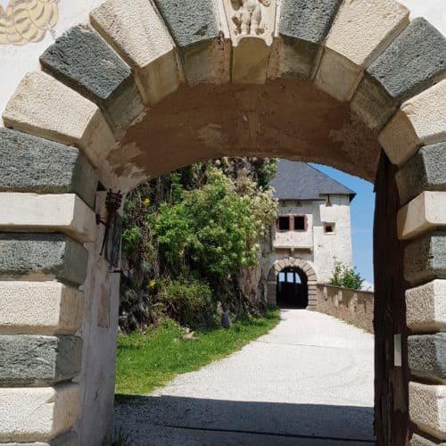 Familienfreundlicher Aufgang auf die Burg Hochosterwitz entlang des Burgweges durch die mittelalterlichen Tore der Burg.