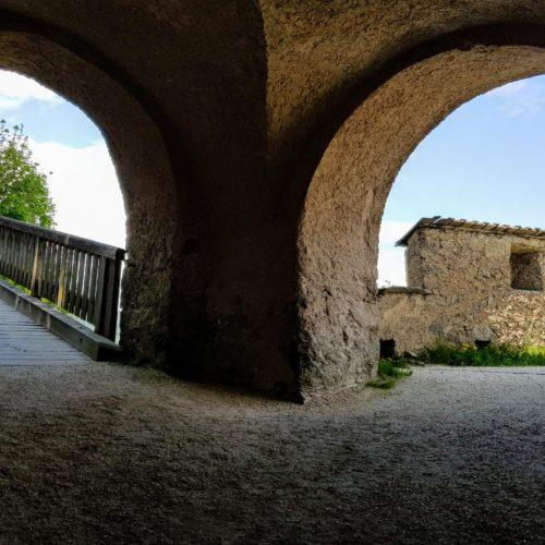 Aufgang durch die Tore auf der Burg Hochosterwitz. Die Tore machten die Burg uneinnehmbar. Heute beliebtes Ausflugsziel in Kärnten.