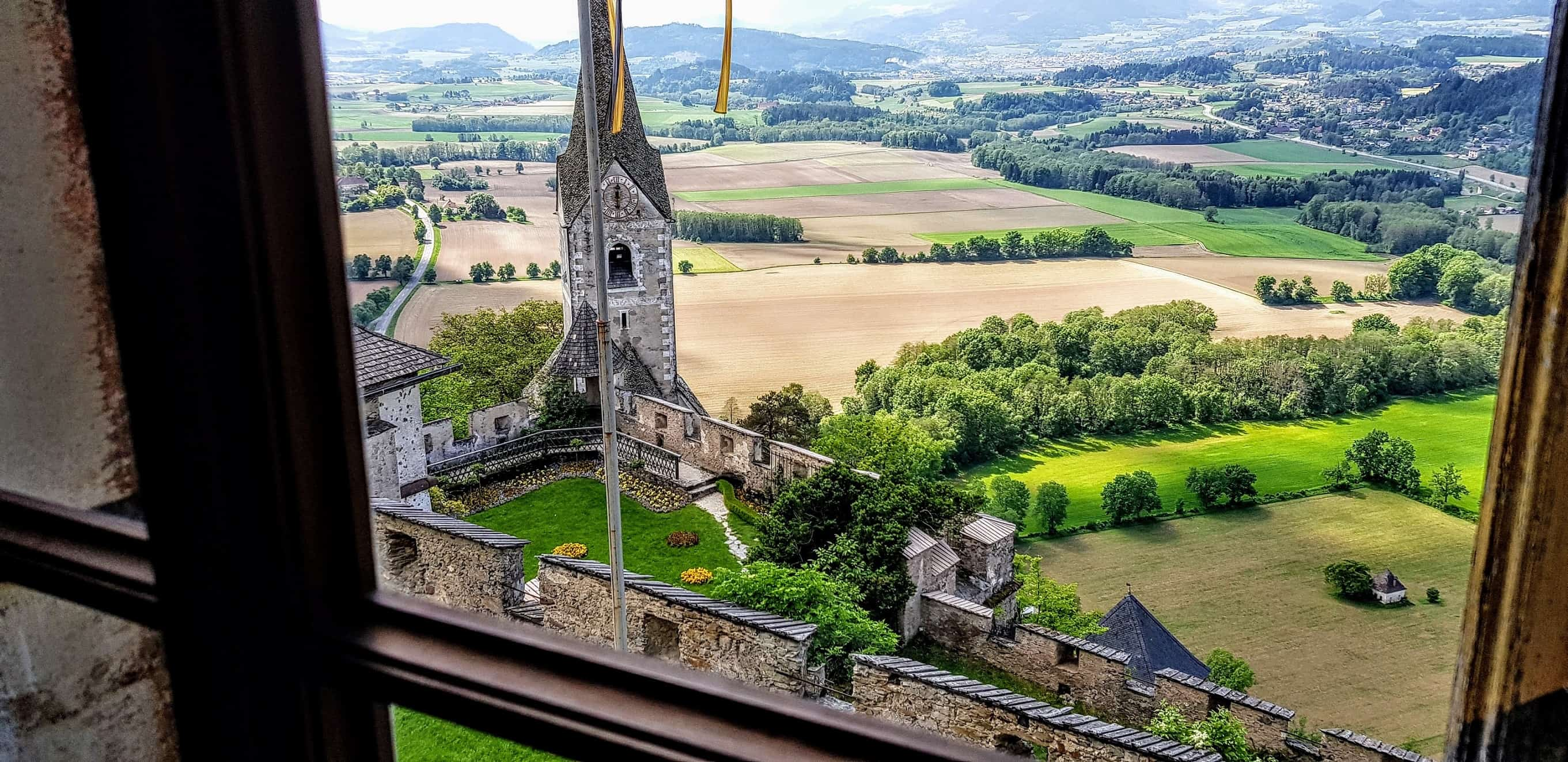 Museum Burg Hochosterwitz Kärntnen Blick auf Burgkirche und Landschaft - Ausflugsziele mit Kindern in Kärnten