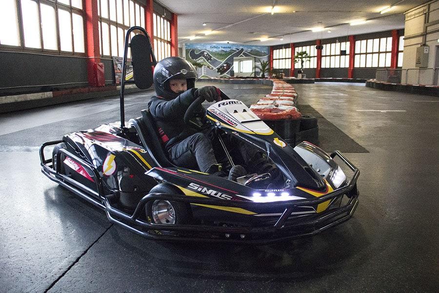 Ausflugstipps für Regenwetter in Kärnten Indoor Kart Bahn Rosental Kind im Kart