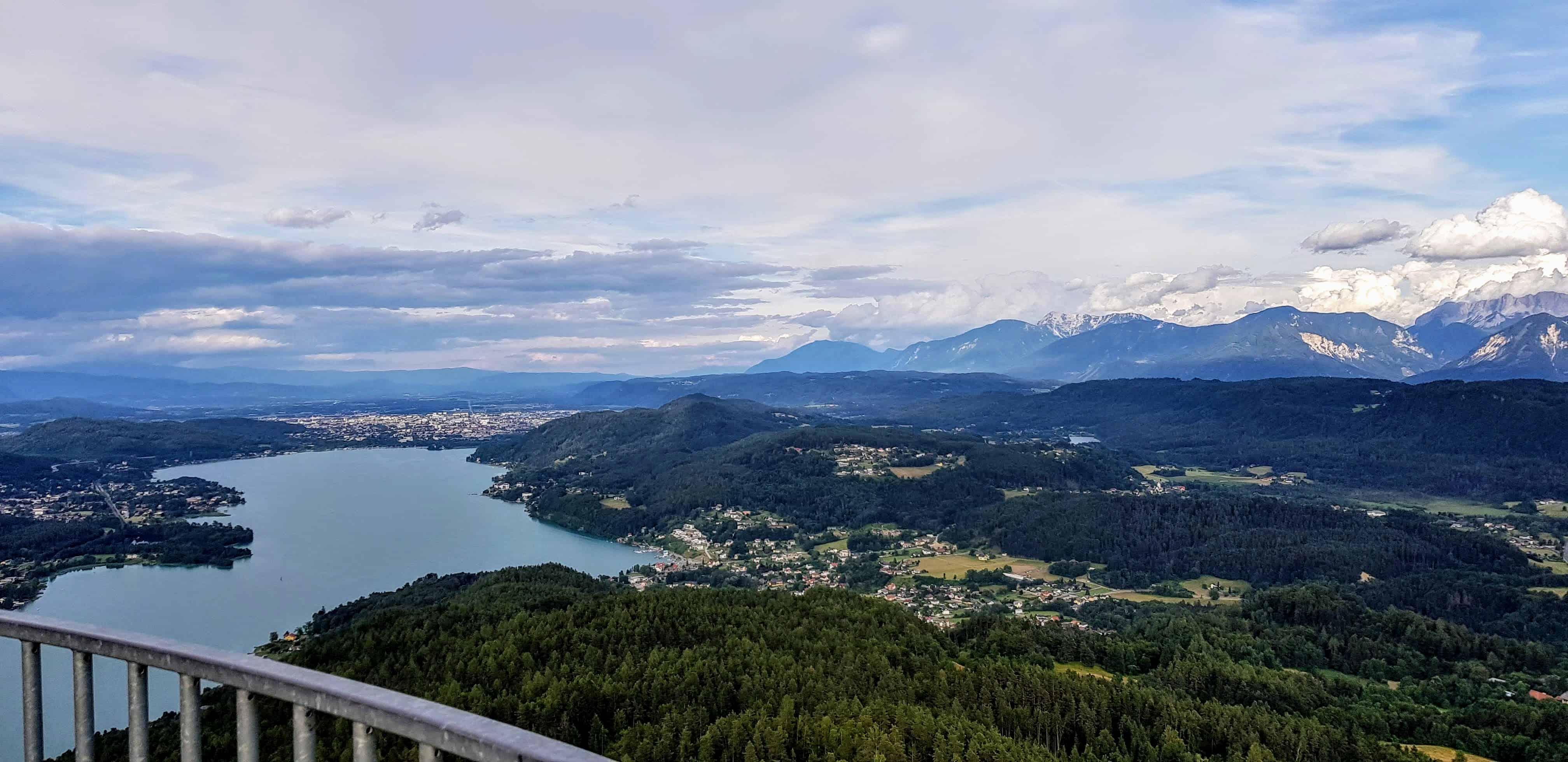 Aussicht und Blick auf den Wörthersee auf der Sehenswürdigkeit Pyramidenkogel in Kärnten.