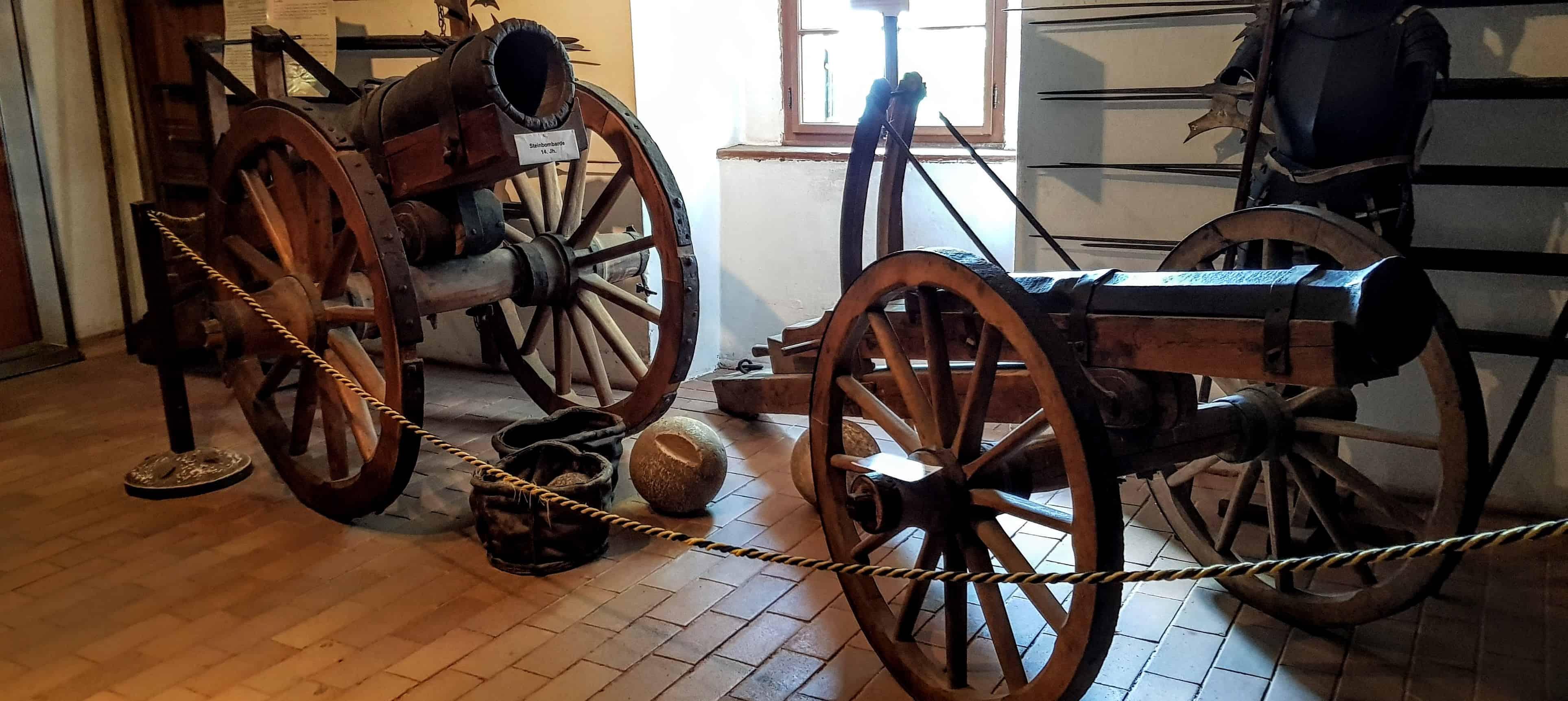 Im Museum Burg Hochosterwitz gibt es ua. alte Waffen und Rüstungen zu besichtigen. Führungen finden täglich statt.