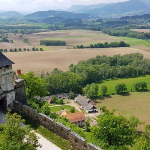Blick auf Kärnten und Burgtore bei Wanderung entlang des Burgweges auf die Burg Hochosterwitz - Sehenswürdigkeiten in Kärnten.
