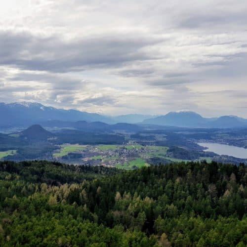Ausflugsziel in Kärnten mit Kindern - der Pyramidenkogel am Wörthersee mit Kinderspielplatz und Rutsche. Blick auf Velden.