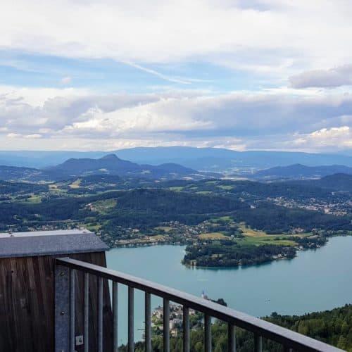 Schöner Panoramablick am Aussichtsturm Pyramidenkogel in Keutschach am Wörthersee in Kärnten. Blick auf Kärntner Berge.