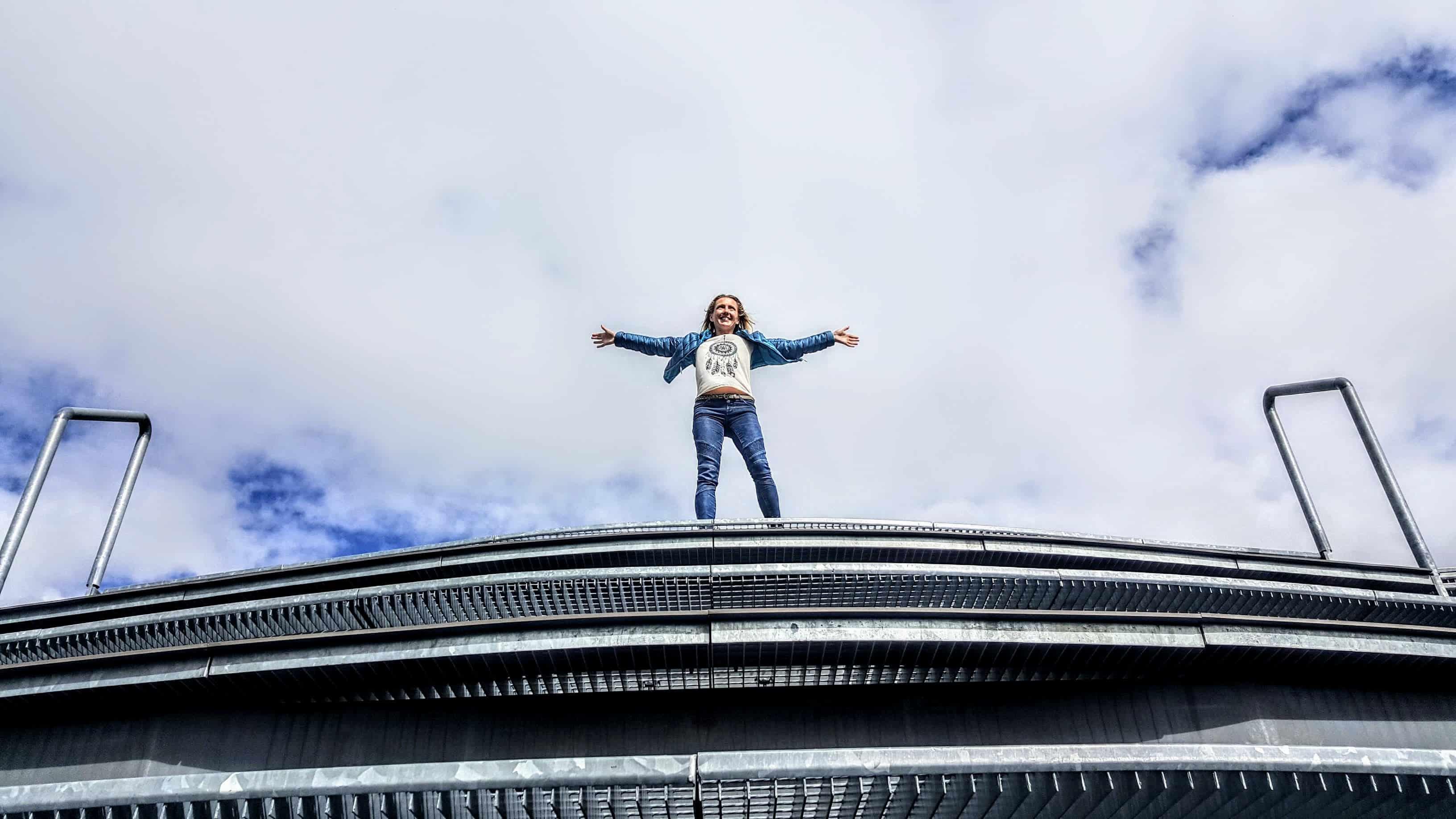 Besucherin auf Aussichtsplattform Airwalk auf Kölnbreinsperre im Maltatal
