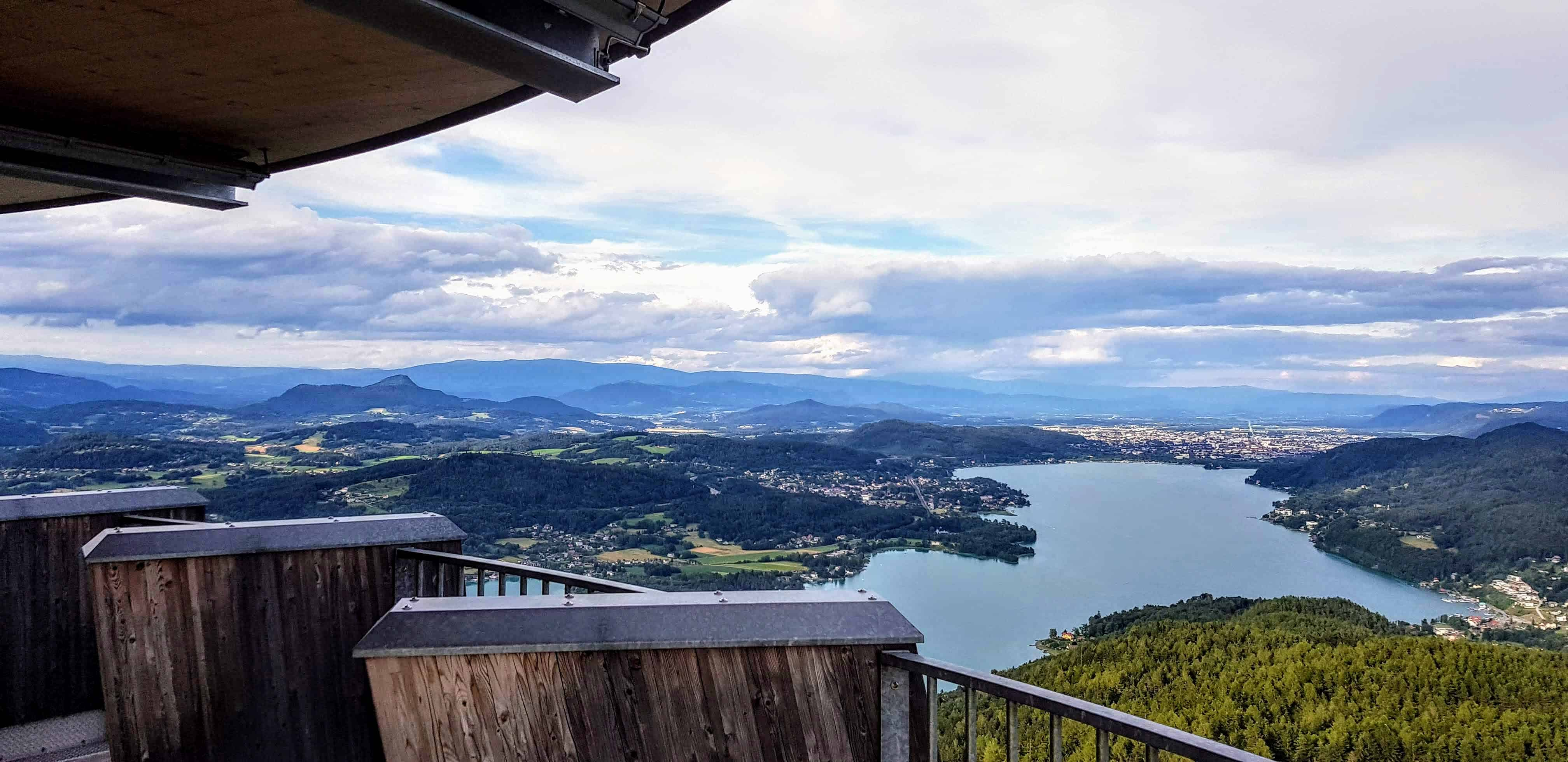 Aussichtsplattform Pyramidenkogel am Wörthersee mit Blick auf Klagenfurt und die Kärntner Berge rund um den Wörthersee.