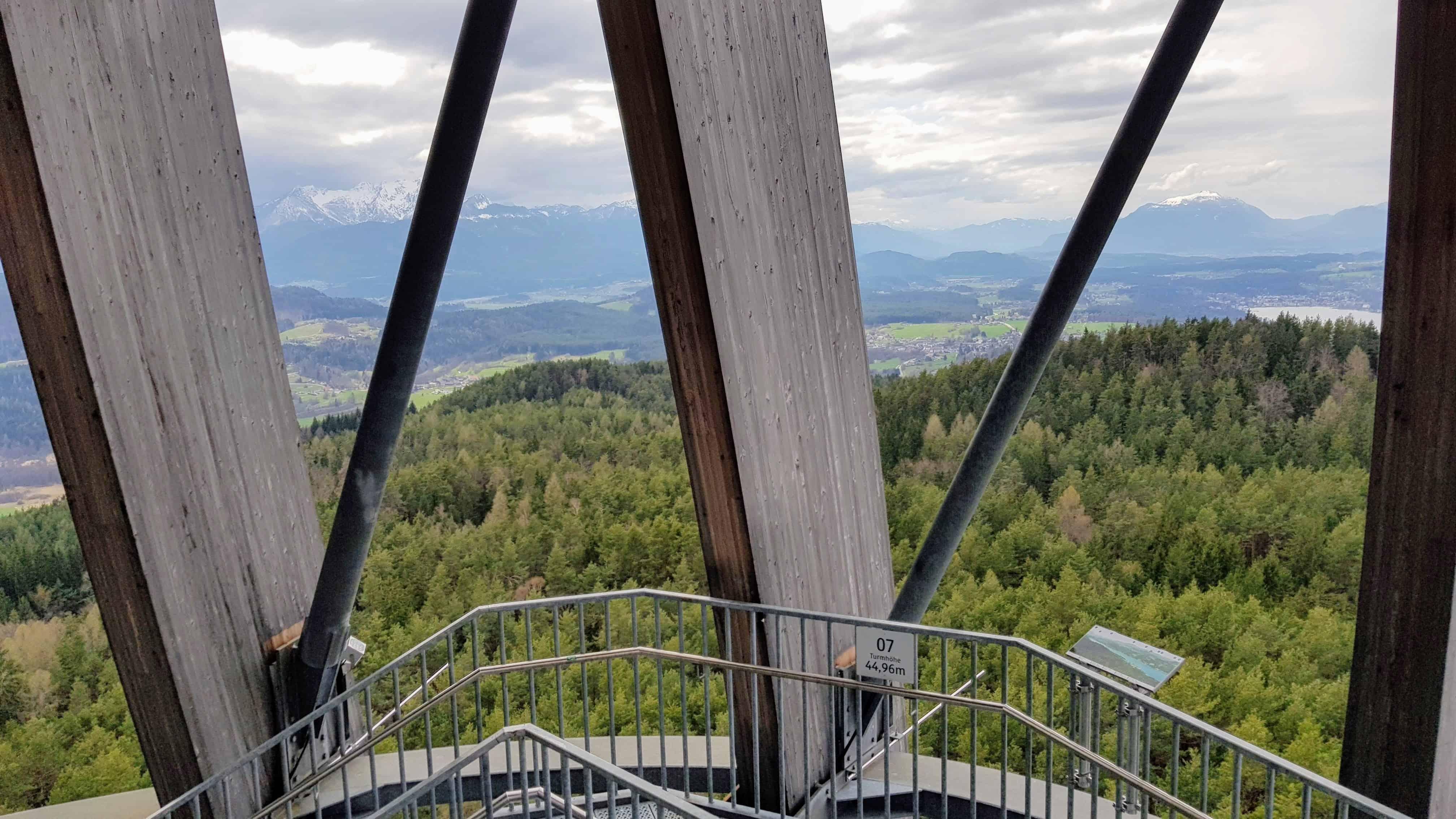 zu Fuß auf den Aussichtsturm Pyramidenkogel - Stiege auf den Turm. Aktivitäten Wörthersee