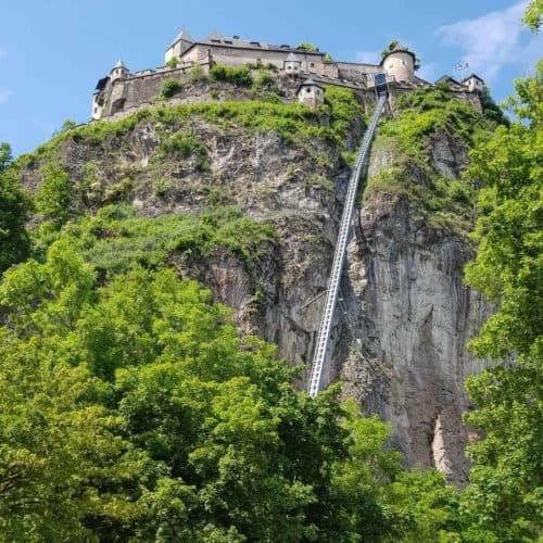 Die Burg Hochosterwitz ist barrierefrei und bequem mit einem Lift zu erobern. Bild: Blick auf Aufzug und Burg vom Parkplatz aus.