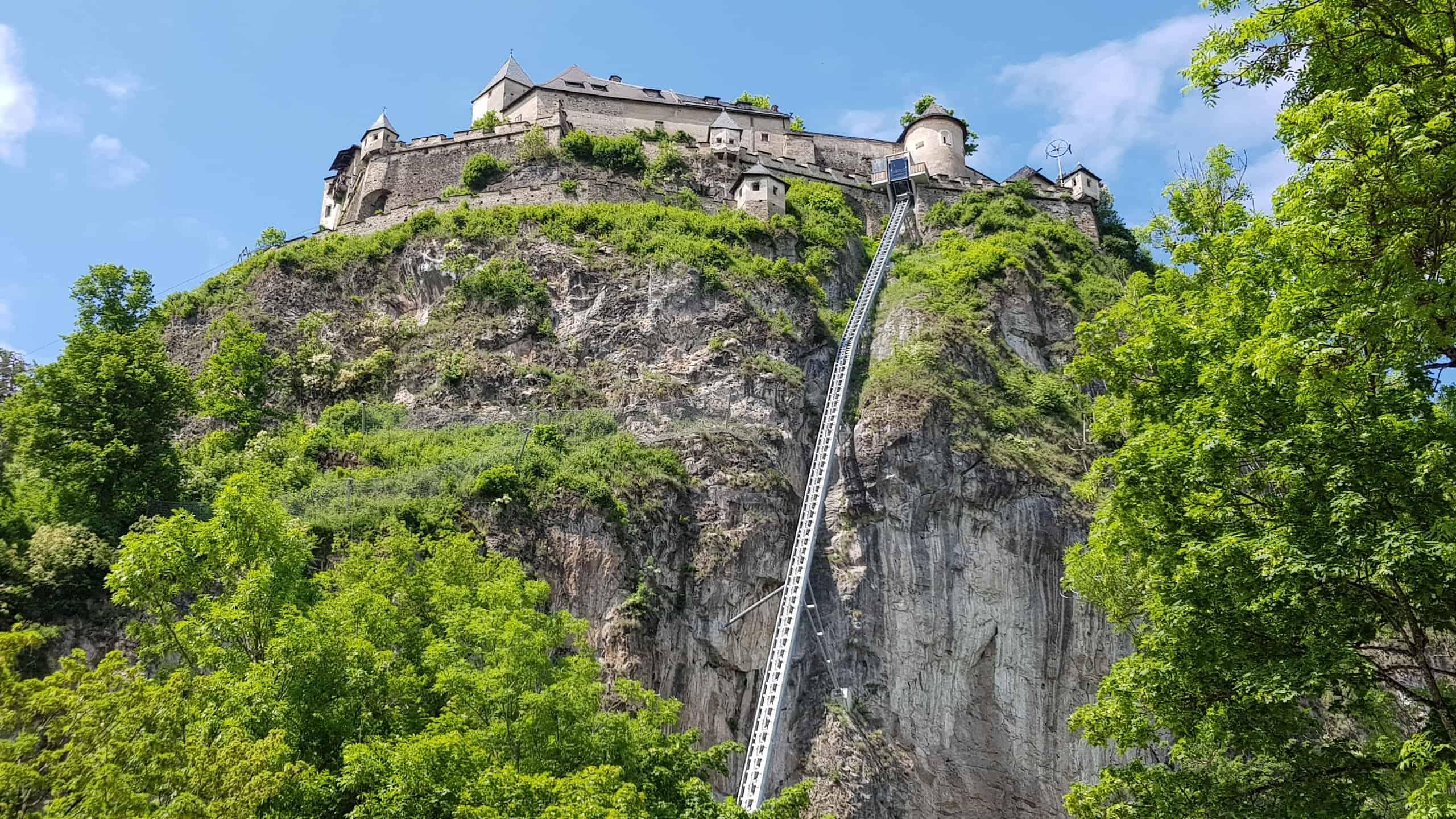 Barrierefreie Ausflugsziele in Kärnten: Burg Hochosterwitz, St. Georgen am Längsee, Nähe St. Veit. Bild der Burg mit Aufzug.