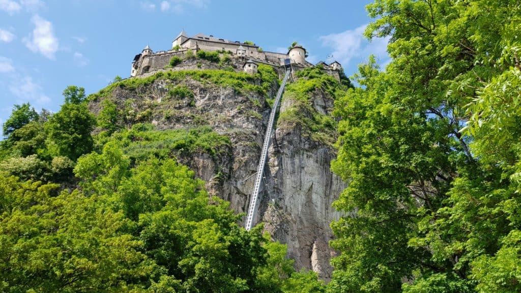 Der barrierefreie Zugang auf die Burg Hochosterwitz mittels Aufzug