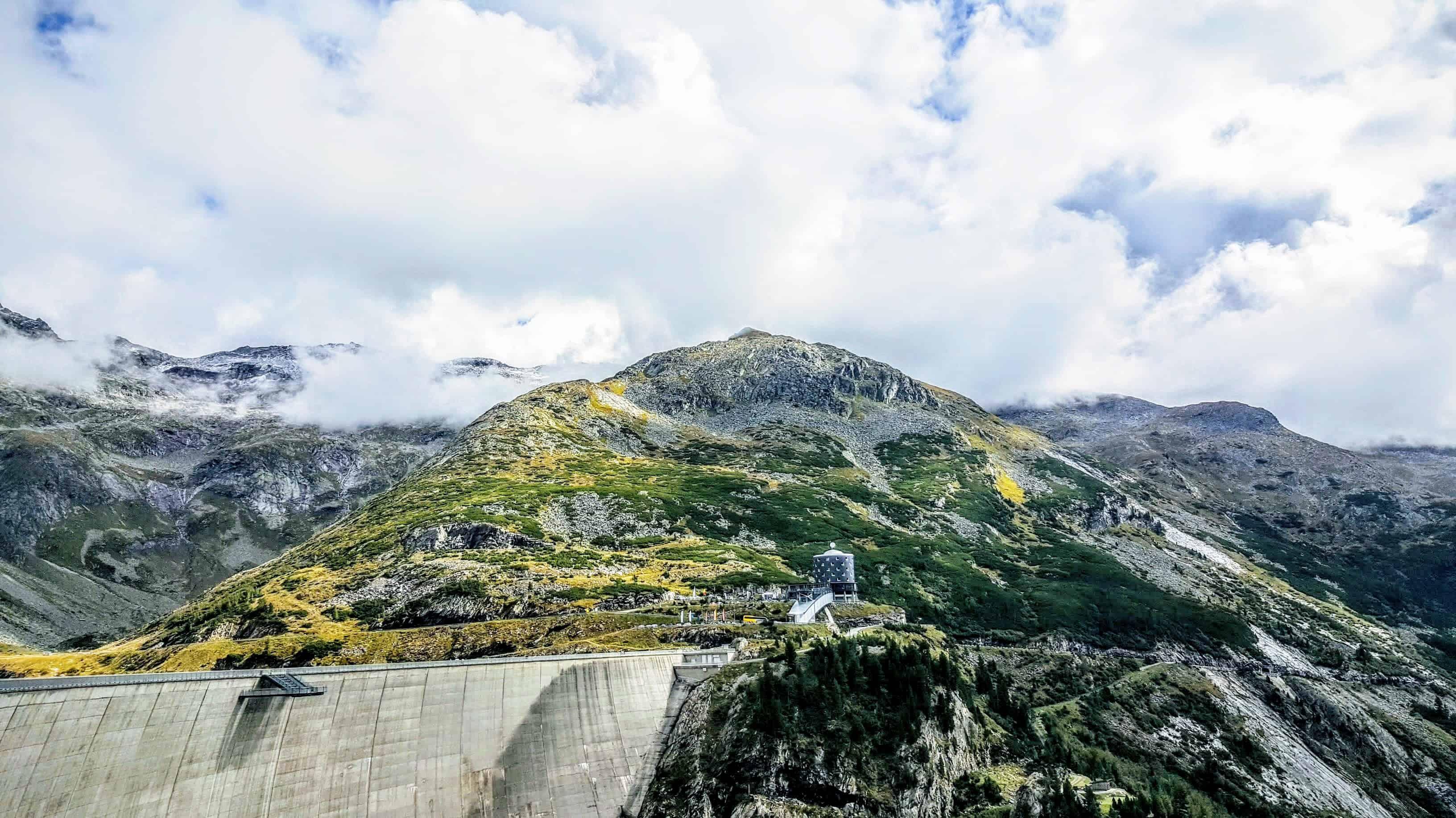 Blick auf Kölnbreinsperre und Berghotel Malta mit Bergen im Sommer