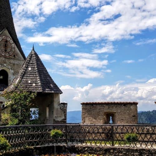 Burg Hochosterwitz in Kärnten - Garten und Burgkirche bei Wanderung auf die Burg.