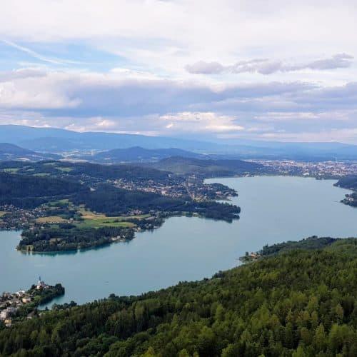Blick auf Klagenfurt - Aussicht auf Sehenswürdigkeit Pyramidenkogel am Wörthersee in Kärnten.