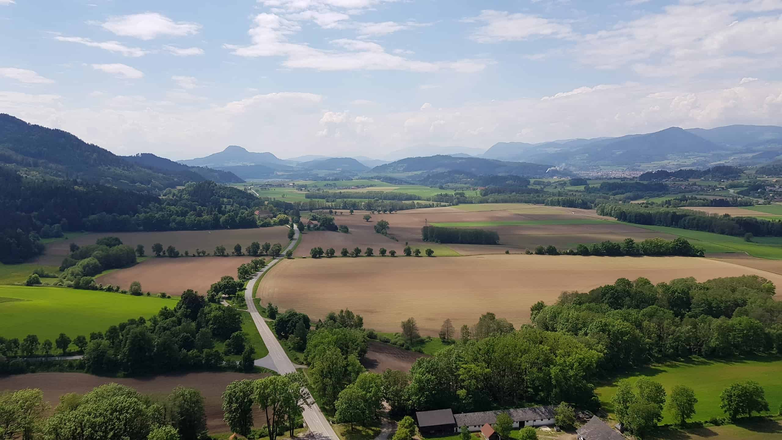 Blick auf Kärntner Landschaft bei Wanderung auf die Burg Hochosterwitz in Österreich