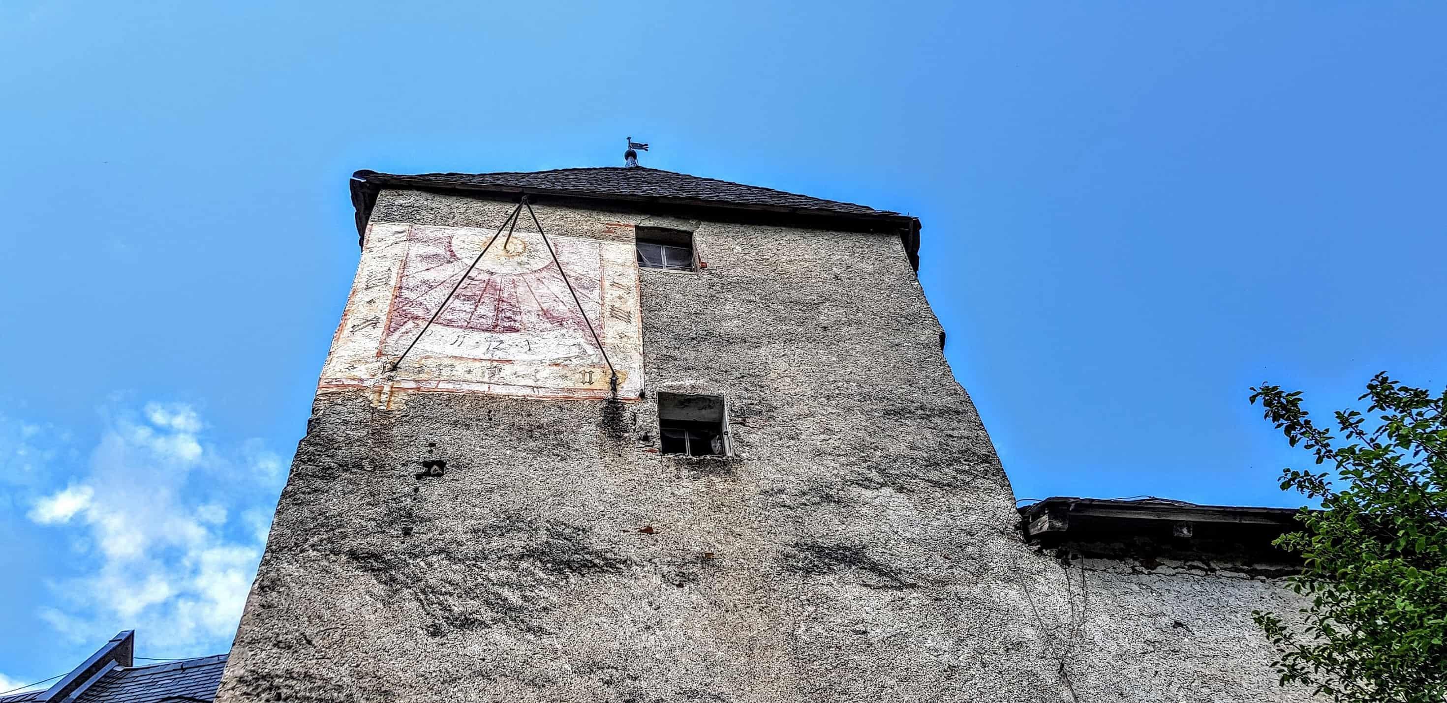 Burgturm mit Sonnenuhr auf der Burg Hochosterwitz in Kärnten.
