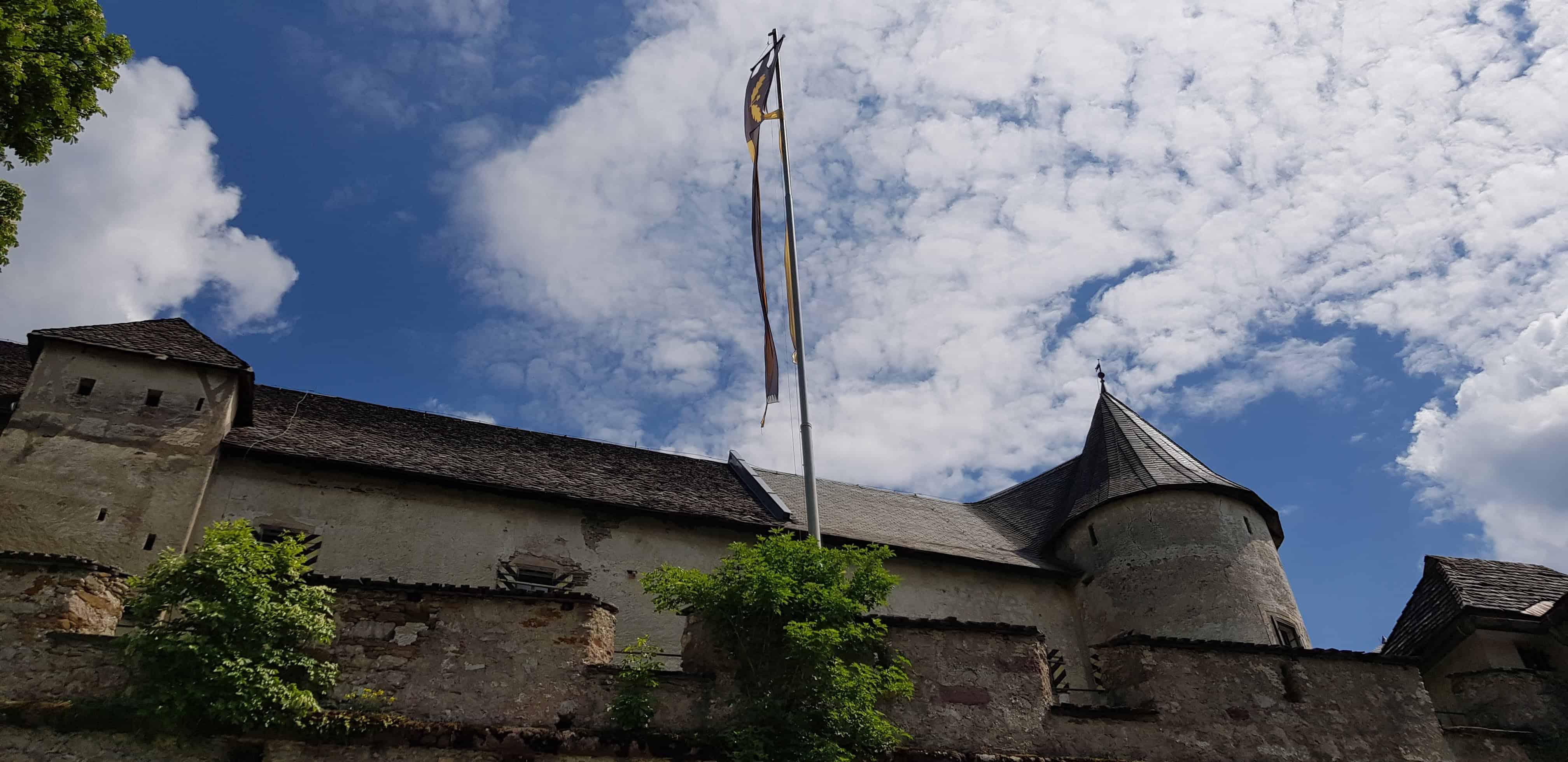 Burganlage Burg Hochosterwitz Kärnten bei familienfreundlicher Wanderung - Sicht auf Burgfahne und Hochburg