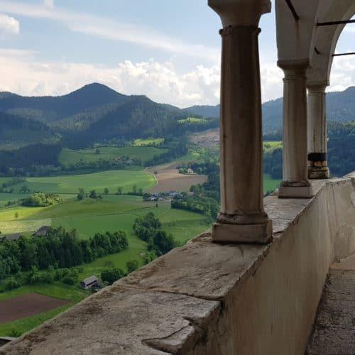 Burgbalkon mit aussichtsreichem Panorama auf Kärnten auf der beliebten Sehenswürdigkeit Burg Hochosterwitz.