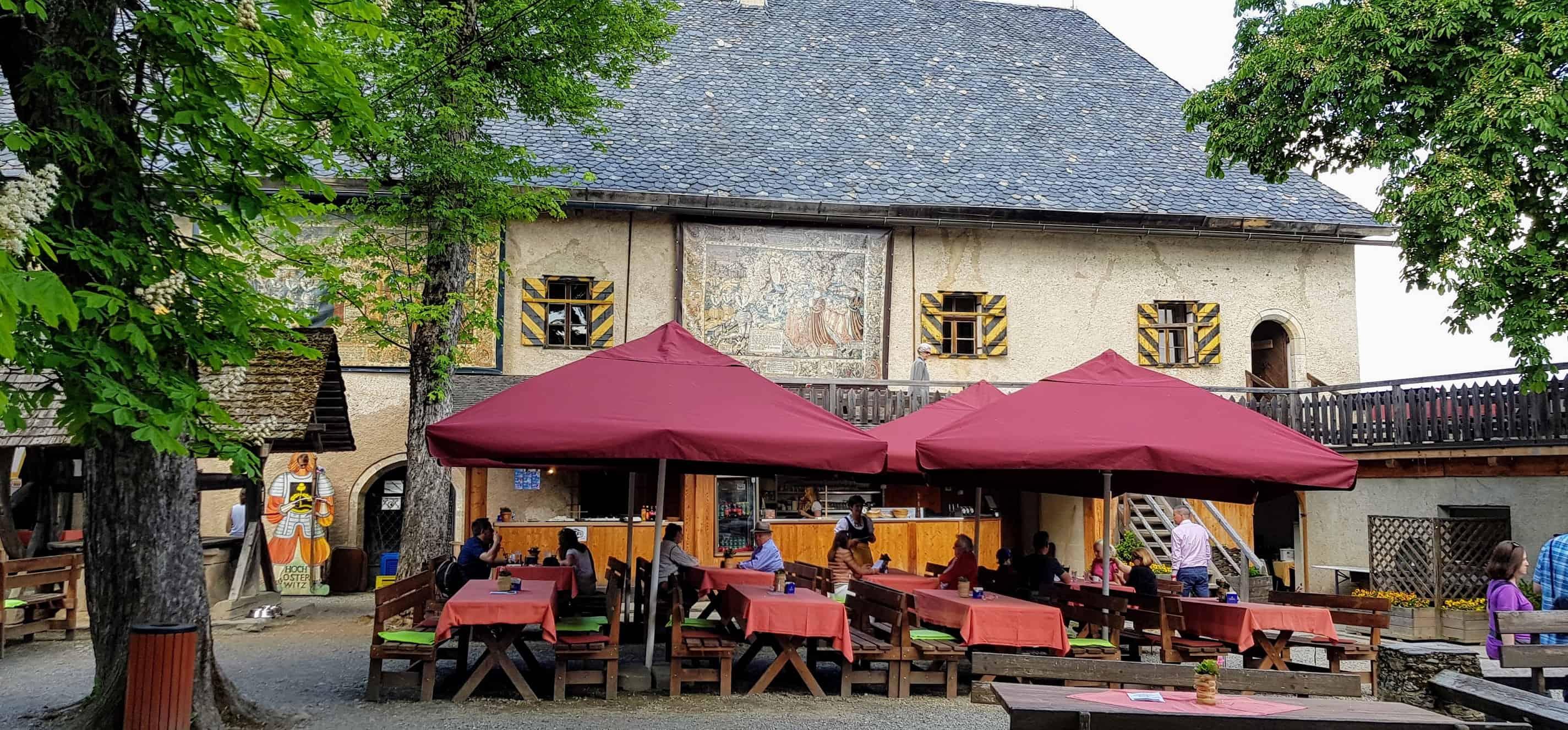 Die Burg Hochosterwitz zählt zu den bekanntesten Burgen in Österreich. Ziel ist der Burghof, wo sich auch das Burgrestaurant befindet.