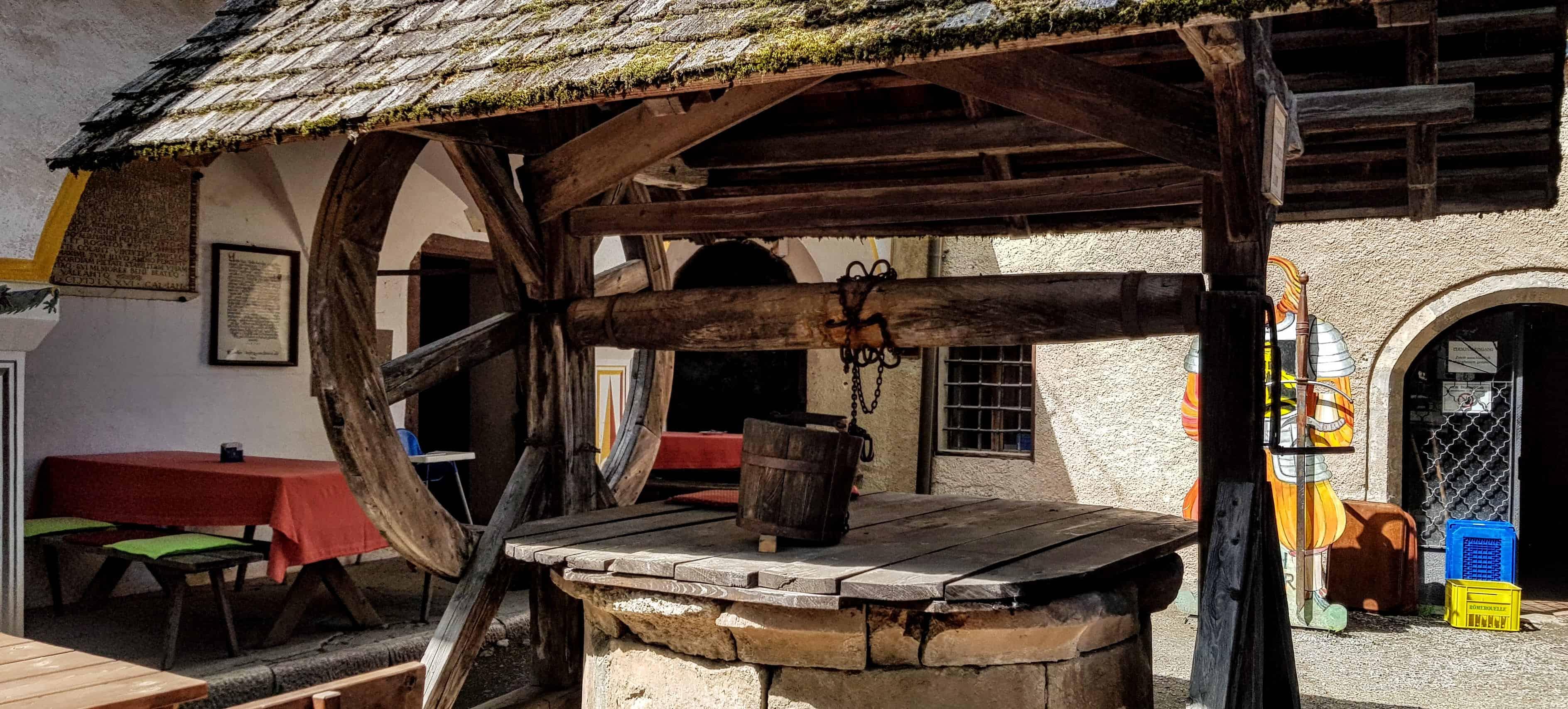 Burghof Hochosterwitz mit Brunnen - barrierefreie Ausflugsziele Kärnten