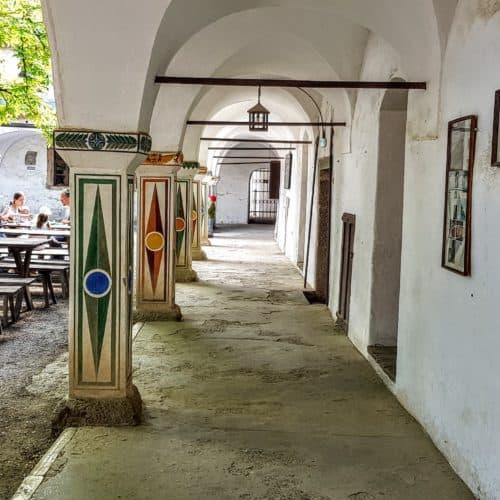 Burghof mit Restaurant und Eingang zum Museum auf der Burg Hochosterwitz - eines von Kärntens TOP-10 Ausflugszielen.