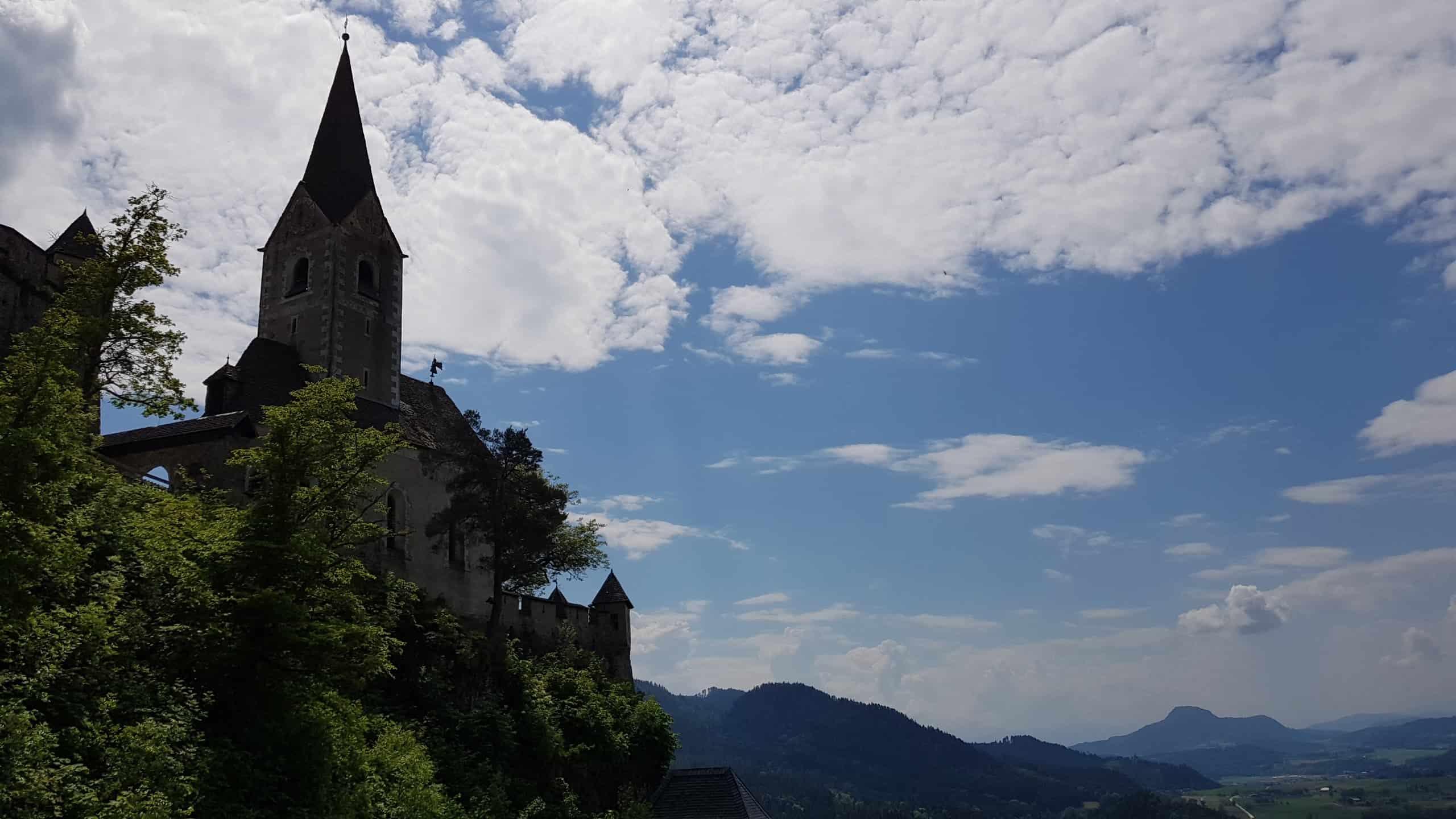Ausblick auf Kärnten und Burgkirche auf Burg Hochosterwitz bei Wanderung auf die Burg in Mittelkärnten.