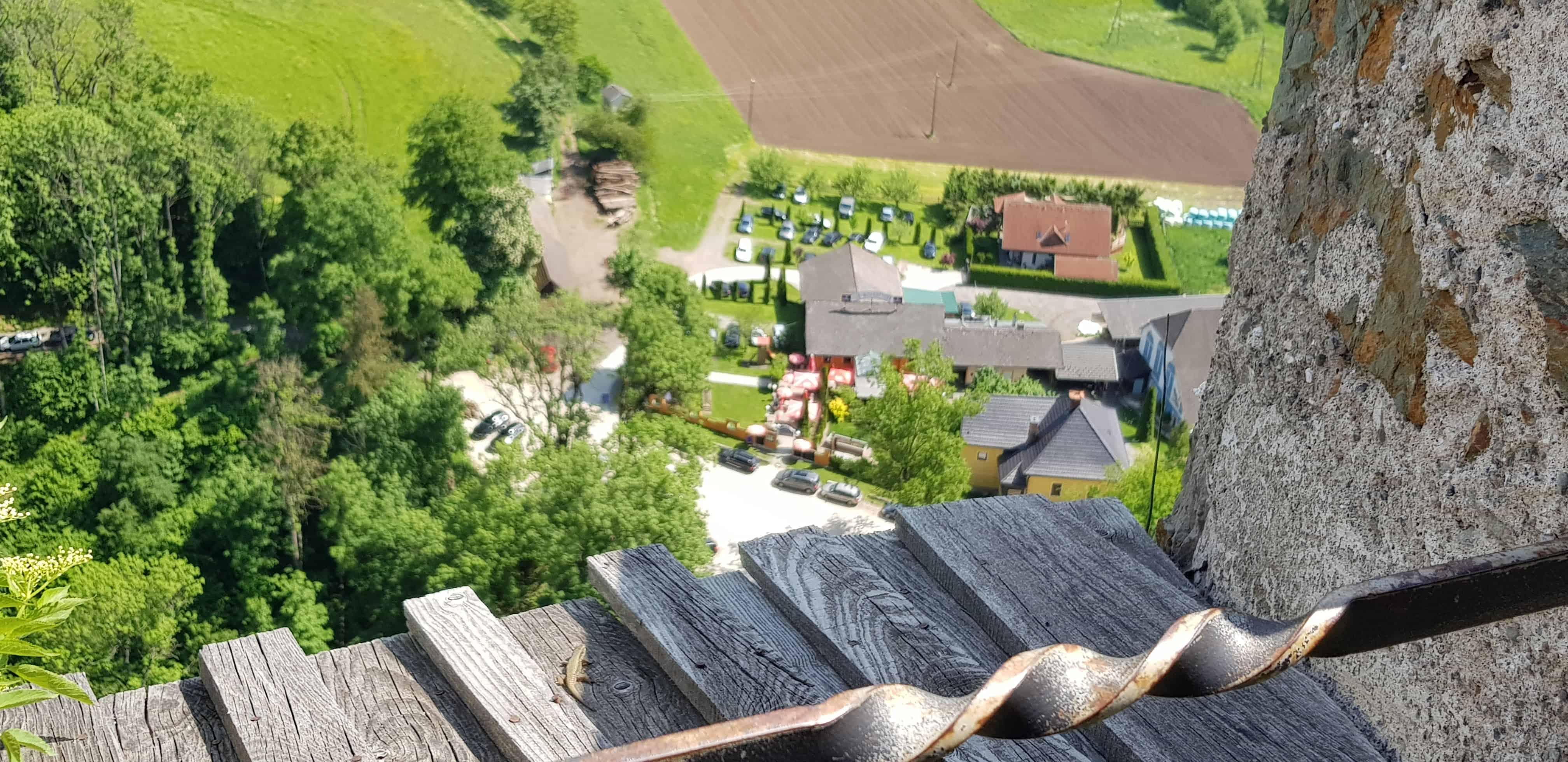 Blick von Burg Hochosterwitz auf Parkplatz und Ausflugziel-Startgelände in St. Georgen am Längsee.