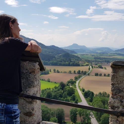 Idyllische Aussichtspunkte auf der Burg Hochosterwitz mit Blick auf Kärnten durch die sehenswerten Burgmauern.