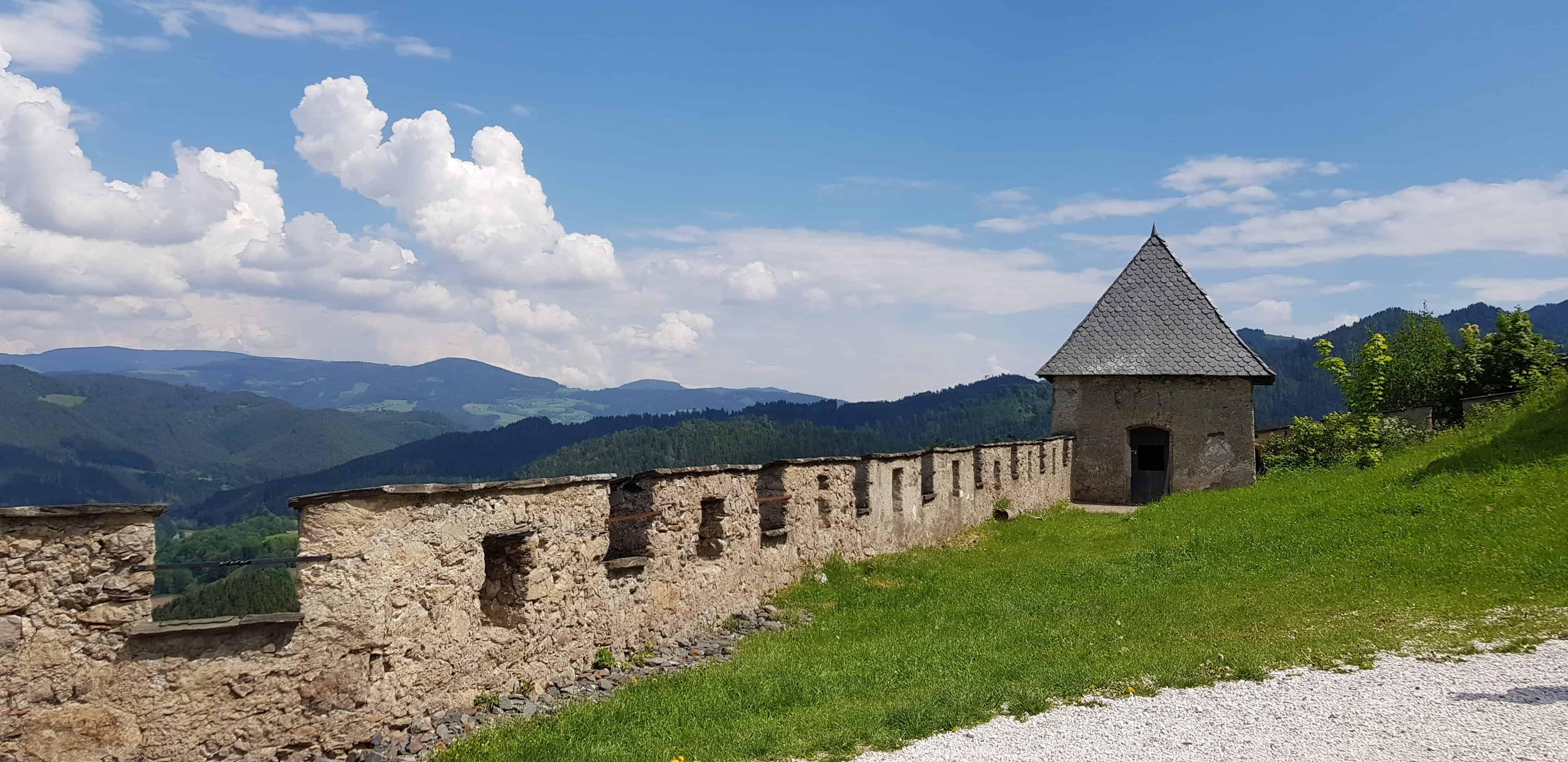 Burgmauern und Wehranlagen bei Wanderung beim Ausflug zur Sehenswürdigkeit Burg Hochosterwitz in Kärnten