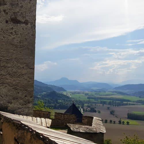 Beim Aufstieg zur Burg Hochosterwitz geht man durch 14 Tore hinauf zum Burghof. Die Burgtore sind durch Hinweistafeln beschrieben.