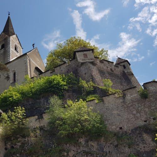 926 n.C. erstmals urkundlich erwähnt, wurde die Kirche auf der Burg Hochosterwitz in der Reformationszeit komplett neu gebaut.