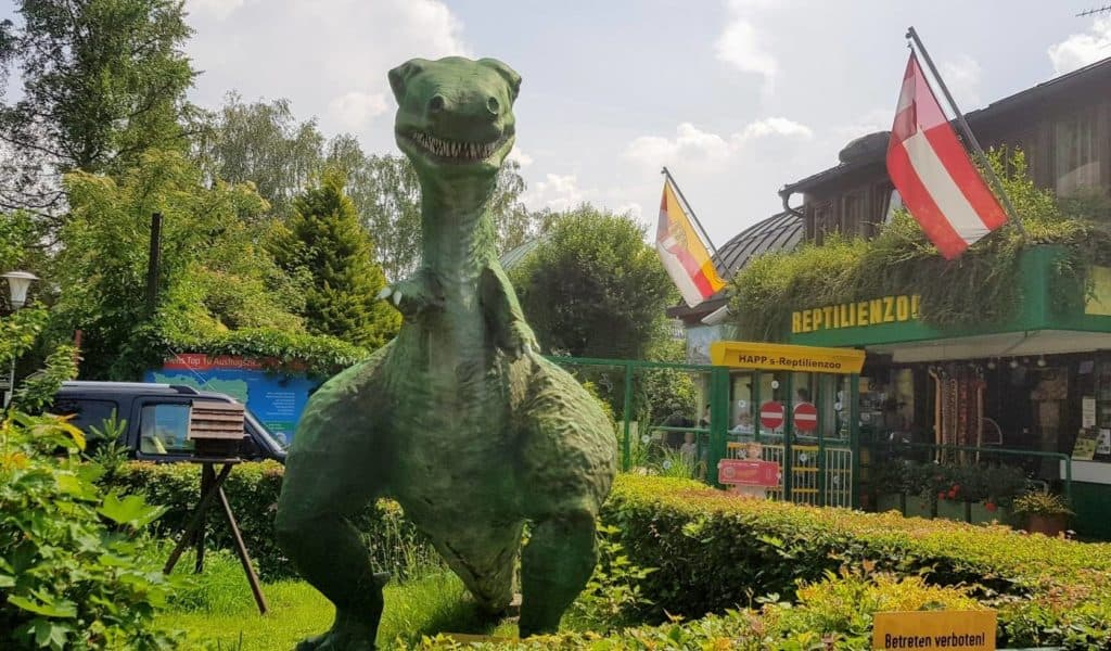 Dinosaurier im Regenwetter-Ausflugsziel Retpilienzoo Happ Klagenfurt in Kärnten