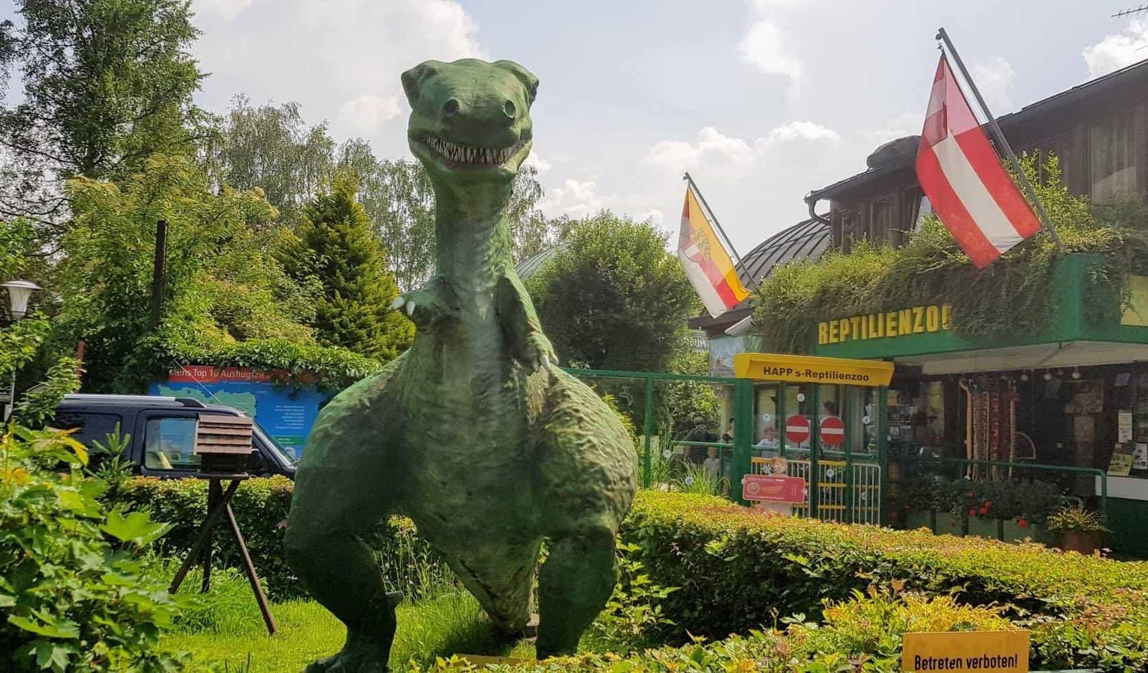 Dinosaurier am Eingang der Kärntner Sehenswürdigkeit Reptilienzoo Happ in Klagenfurt am Wörthersee