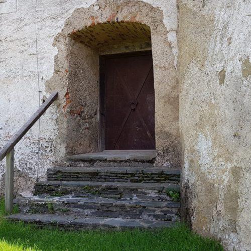 Burgmauer mit Eingangsbereich auf der Burg Hochosterwitze - Burgrückeite bei Wanderung zum Ausflugsziel.