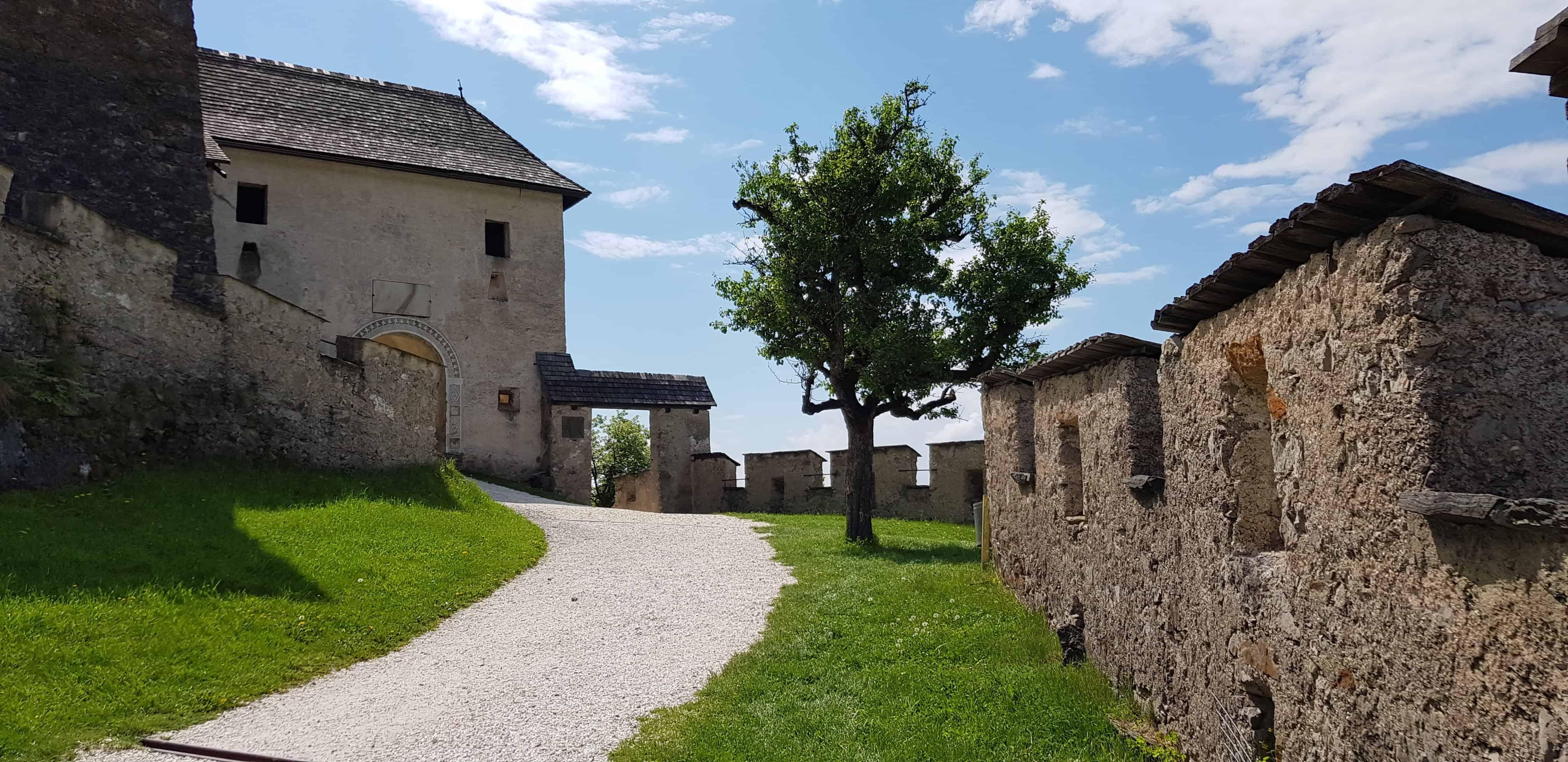 Familienfreundlicher Aufgang auf die Burg Hochosterwitz - historische Sehenswürdigkeit in Kärnten.