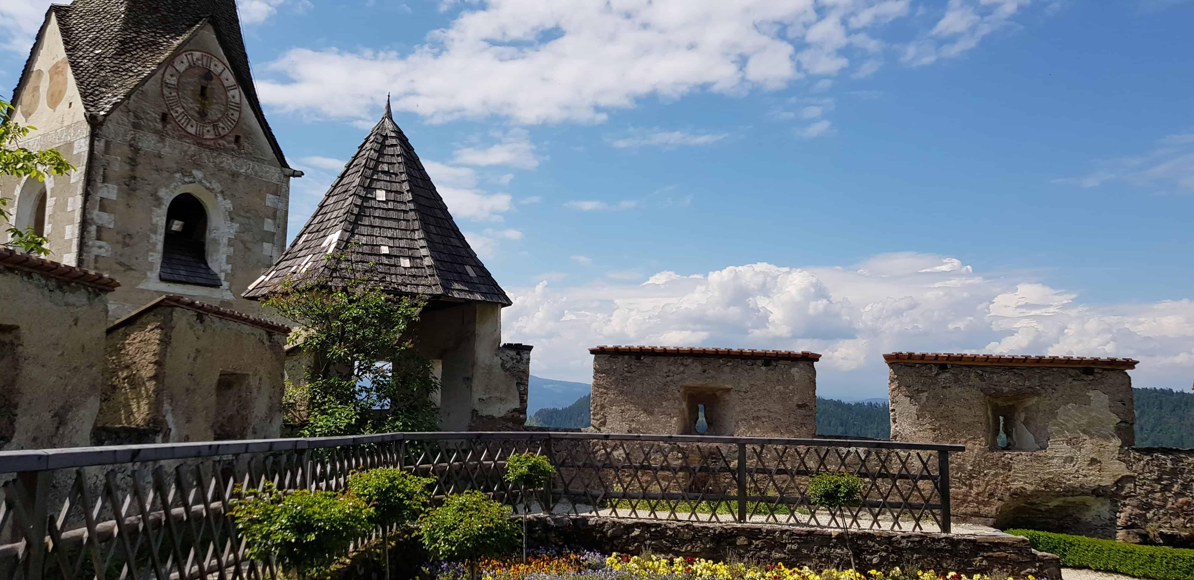 Gartenanlage mit Burgkirche auf der sehenswürdigen Burg Hochosterwitz - Kärntens beliebteste Ausflugsziele.