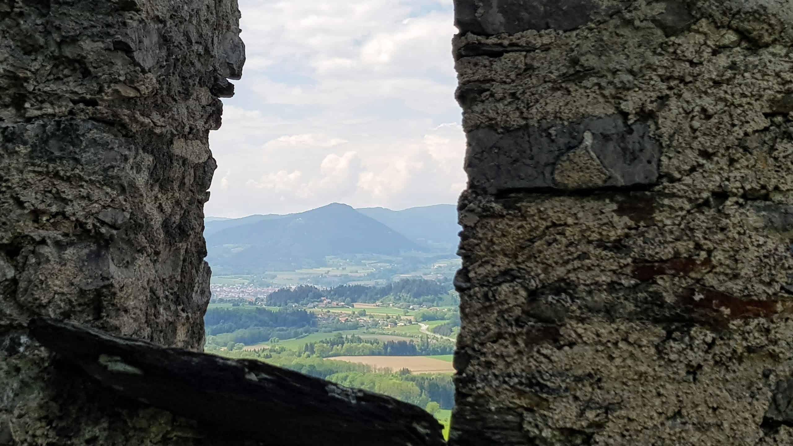 Entlang der Wanderung auf die Burg Hochosterwitz gibt es zahlreiche Aussichtspunkte auf die umliegende Kärntner Umgebung.