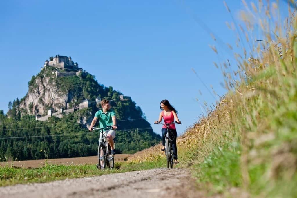 2 Radfahrer in Mittelkärnten vor Burg Hochosterwitz