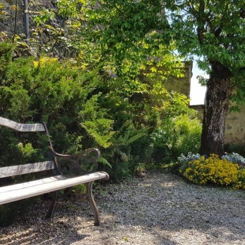 Garten mit Bankerl auf der Burg Hochosterwitz in der Urlaubs- & Ferienregion Mittelkärnten, Nähe St. Veit und Längsee