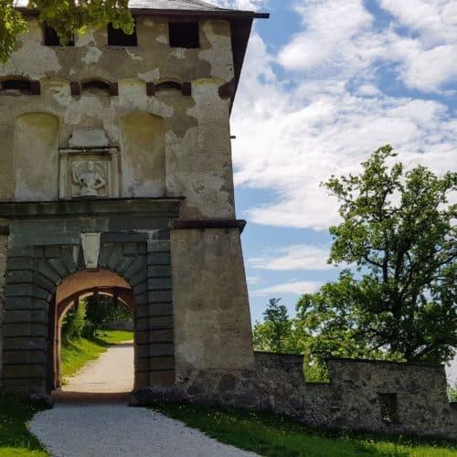 14 Tore begleiten Wanderer und Besucher beim Besuch der Burg Hochosterwitz. Gut beschildert und kinderwagentauglich.