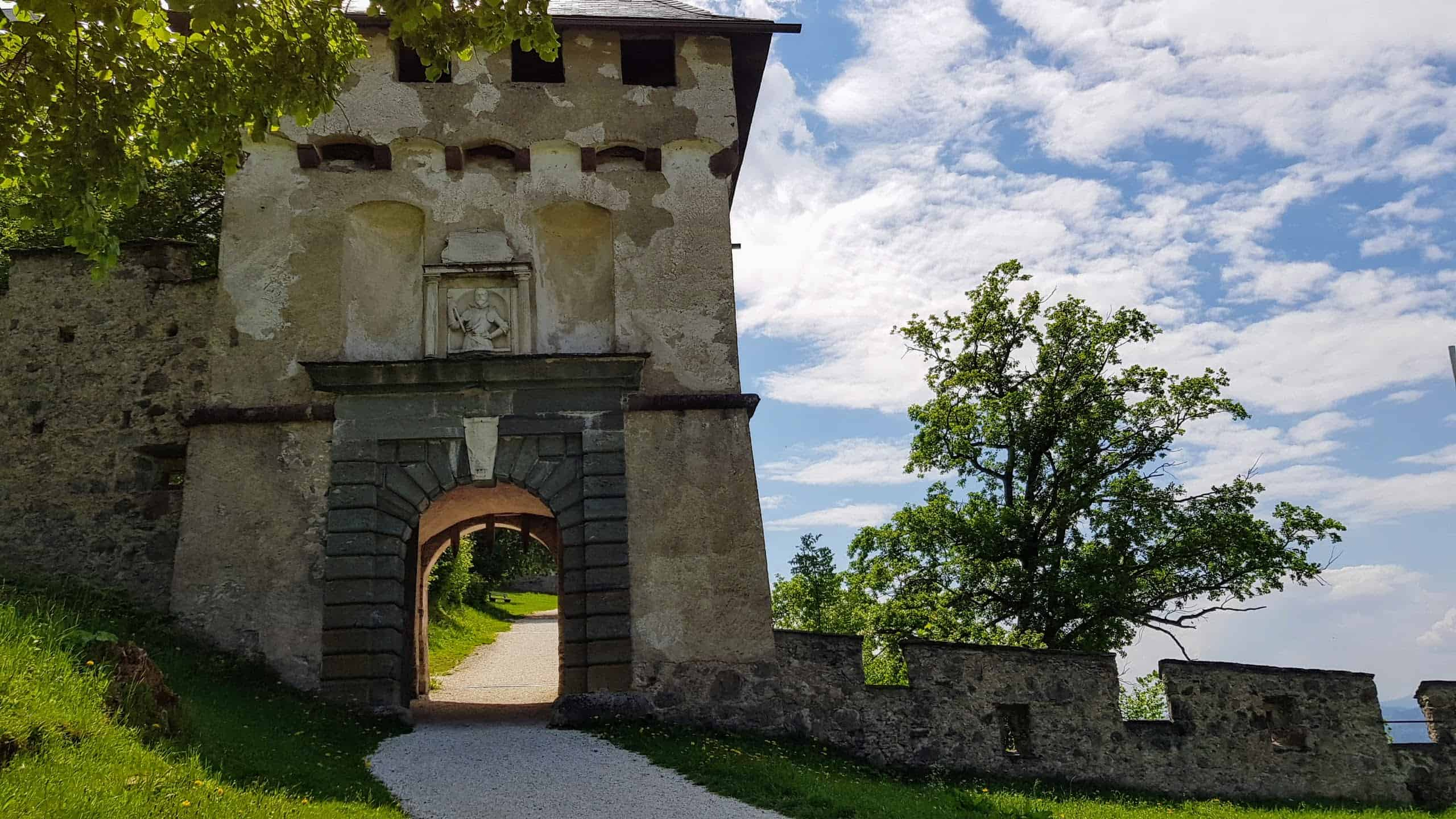 Aufgang auf Burg Hochosterwitz durch Burgtore entlang des kinderwagenfreundlichen Burgwegs. Khevenhüllertor.