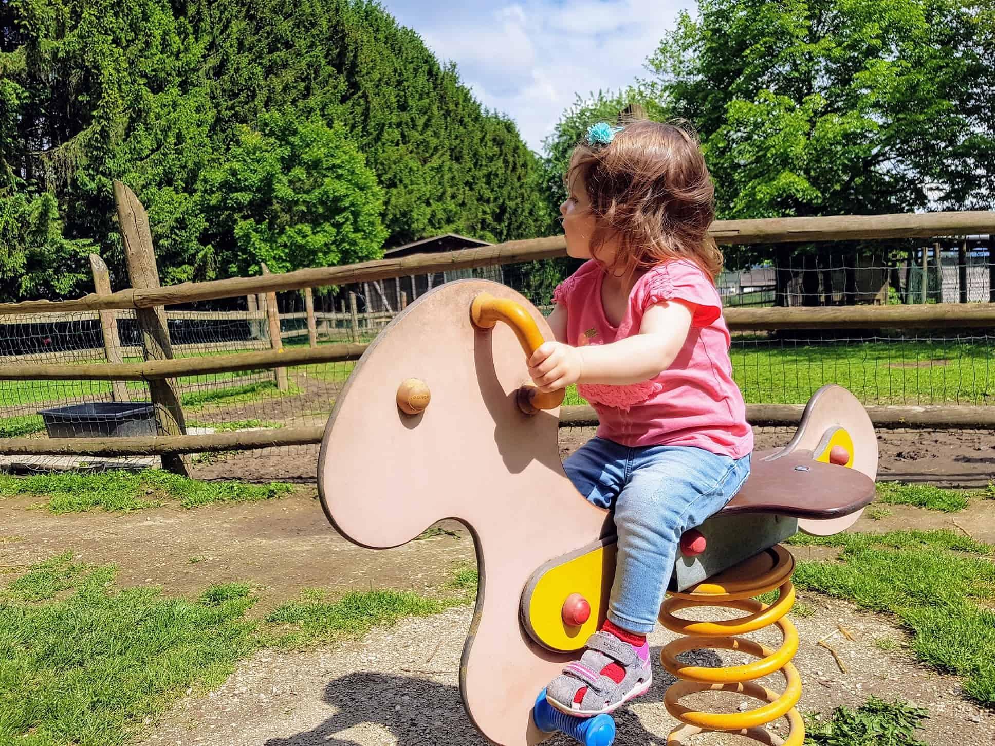 Kind Kinderspielplatz Tierpark Rosegg Ausflugsziele Kärnten Wörthersee
