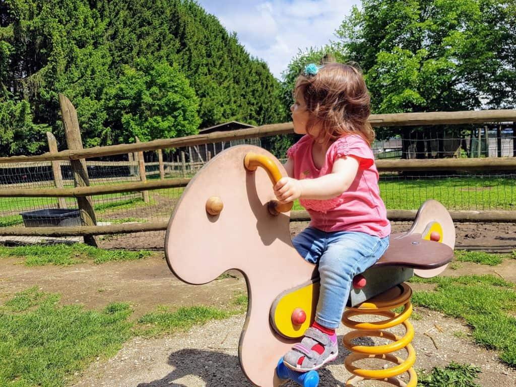 Familienfreundliches Ausflugsziel Tierpark Rosegg, Kind auf Kinderspielplatz