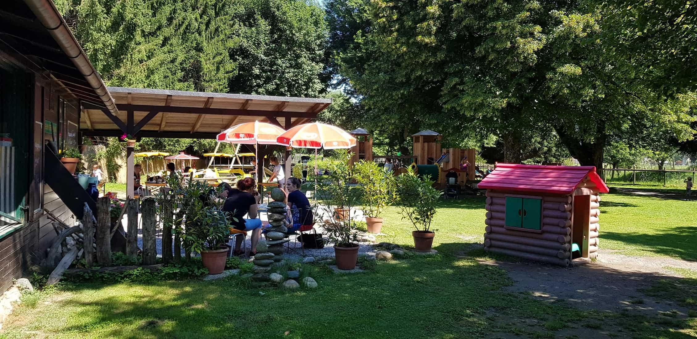 Kinderfreundliche Ausflugsziele Kärnten Tierpark Rosegg Spielplatz beim Buffet