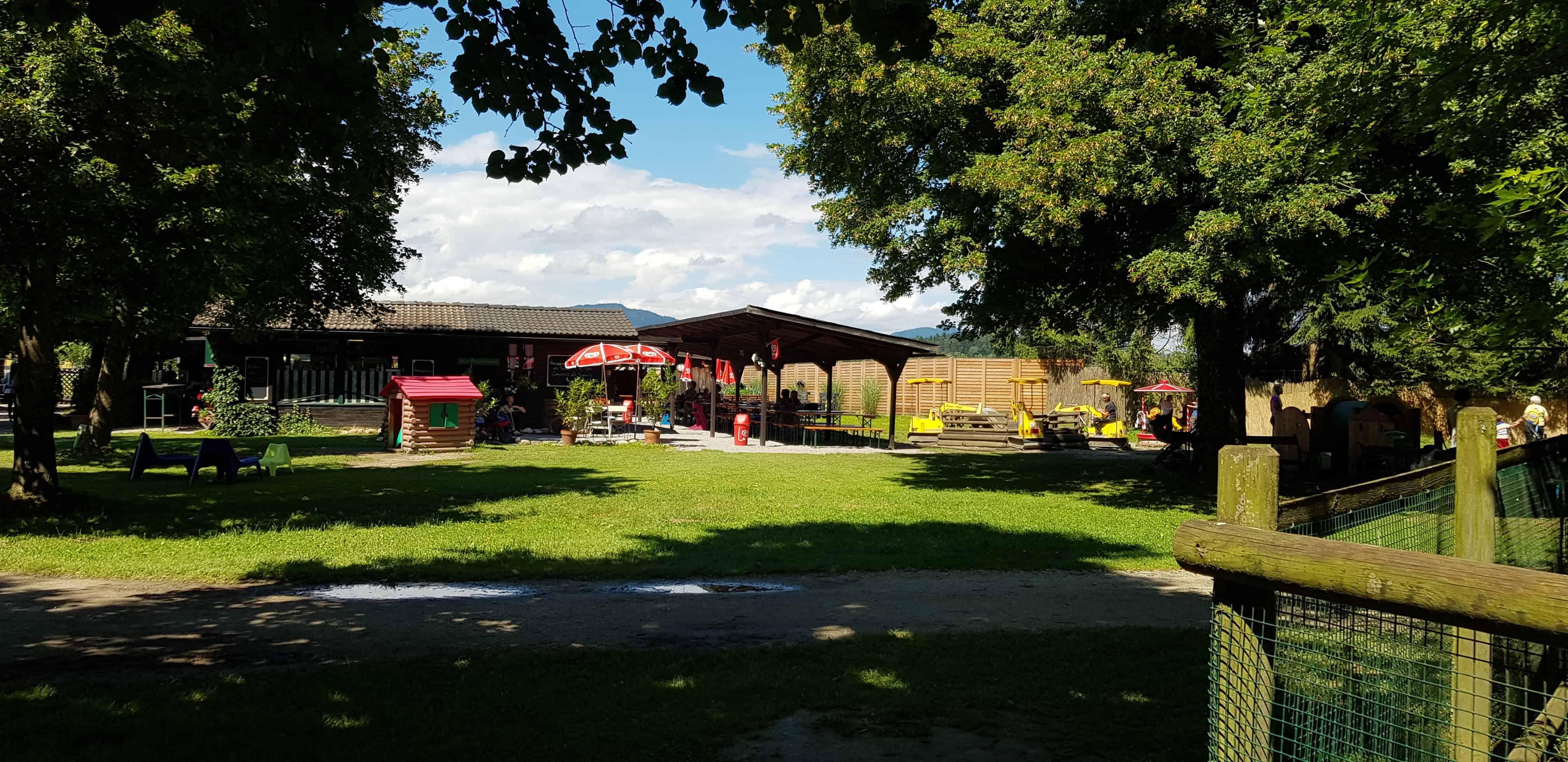 Kinderspielplatz und Buffet im Tierpark Schloss Rosegg Nähe Wörthersee